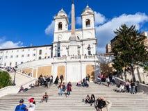 Ισπανικά βήματα και dei Monti Trinita εκκλησιών στη Ρώμη Στοκ εικόνα με δικαίωμα ελεύθερης χρήσης