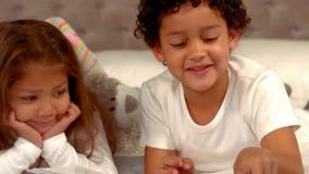 Ισπανικά παιδιά που διαβάζουν ένα βιβλίο από κοινού απόθεμα βίντεο