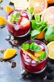 Ισπανικά sangria κοκτέιλ και συστατικά Στοκ φωτογραφίες με δικαίωμα ελεύθερης χρήσης