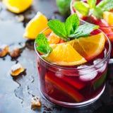 Ισπανικά sangria κοκτέιλ και συστατικά Στοκ Εικόνες