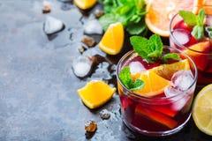 Ισπανικά sangria κοκτέιλ και συστατικά Στοκ εικόνα με δικαίωμα ελεύθερης χρήσης