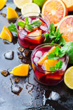 Ισπανικά sangria κοκτέιλ και συστατικά Στοκ εικόνες με δικαίωμα ελεύθερης χρήσης