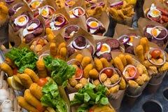 Ισπανικά tapas, κρύα πρόχειρα φαγητά, που εξυπηρετούν τα τρόφιμα στοκ φωτογραφία με δικαίωμα ελεύθερης χρήσης