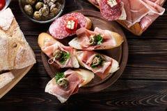 Ισπανικά tapas με το serrano, το σαλάμι, τις ελιές και το chee φετών jamon Στοκ εικόνα με δικαίωμα ελεύθερης χρήσης