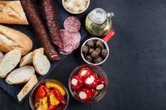 Ισπανικά tapas με το serrano φετών jamon και το ψημένο στη σχάρα πιπέρι επίσης Στοκ εικόνες με δικαίωμα ελεύθερης χρήσης