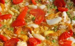 Ισπανικά valenciana και paella ρυζιού με τις φρέσκα ντομάτες και τα ψάρια Στοκ Φωτογραφίες