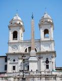 Ισπανικές βήματα και εκκλησία του dei Monti Trinita στη Ρώμη Ιταλία Στοκ φωτογραφία με δικαίωμα ελεύθερης χρήσης