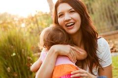 Ισπανικές μητέρα και κόρη Στοκ εικόνες με δικαίωμα ελεύθερης χρήσης