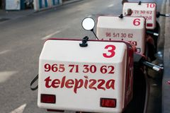 Ισπανικές μοτοσικλέτες παράδοσης Telepizza στοκ εικόνα