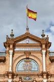 Ισπανικές σημαία και CREST Plaza de Espana Pavilion στη Σεβίλη Στοκ Εικόνα