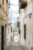 Ισπανική άσπρη πόλης οδός κορυφών υψώματος Στοκ Φωτογραφίες