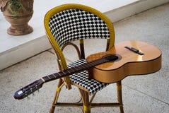 Ισπανική ακουστική κιθάρα στην καρέκλα Στοκ Φωτογραφία
