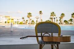 Ισπανική ακουστική κιθάρα στην καρέκλα Στοκ φωτογραφίες με δικαίωμα ελεύθερης χρήσης