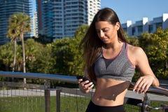 Ισπανική γυναίκα που ακούει τη μουσική κατά τη διάρκεια ενός workout στοκ εικόνες με δικαίωμα ελεύθερης χρήσης