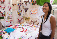 Ισπανική γυναίκα που θαυμάζει τις κεντημένες μεξικάνικες μπλούζες Στοκ φωτογραφίες με δικαίωμα ελεύθερης χρήσης