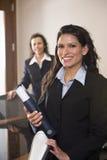 Ισπανική γυναίκα στον εργασιακό χώρο γραφείων στοκ εικόνες με δικαίωμα ελεύθερης χρήσης