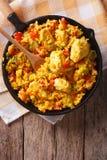 Ισπανική κουζίνα: Pollo Arroz con σε ένα τηγάνι Κάθετη τοπ άποψη Στοκ Εικόνες