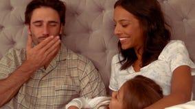 Ισπανική κόρη που φυσά ένα φιλί στον πατέρα της φιλμ μικρού μήκους