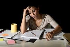 Ισπανική μελέτη κοριτσιών που κουράζεται και που τρυπιέται στο σπίτι αργά - νύχτα που φαίνεται λυπημένη και που τονίζεται προετοι Στοκ εικόνα με δικαίωμα ελεύθερης χρήσης