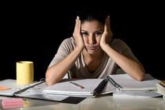 Ισπανική μελέτη κοριτσιών που κουράζεται και που τρυπιέται στο σπίτι αργά - νύχτα που φαίνεται λυπημένη και που τονίζεται προετοι Στοκ φωτογραφία με δικαίωμα ελεύθερης χρήσης