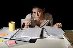Ισπανική μελέτη κοριτσιών που κουράζεται και που τρυπιέται στο σπίτι αργά - νύχτα που φαίνεται λυπημένη και που τονίζεται προετοι Στοκ Εικόνες