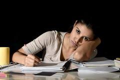 Ισπανική μελέτη κοριτσιών που κουράζεται και που τρυπιέται στο σπίτι αργά - νύχτα που φαίνεται λυπημένη και που τονίζεται προετοι Στοκ Φωτογραφίες
