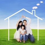 Ισπανική οικογένεια με το σπίτι ονείρου Στοκ Εικόνες