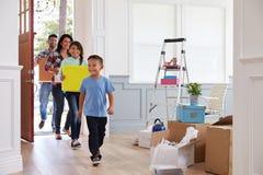 Ισπανική οικογένεια που κινείται στο νέο σπίτι Στοκ φωτογραφία με δικαίωμα ελεύθερης χρήσης