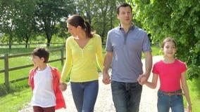 Ισπανική οικογένεια που περπατά στην επαρχία απόθεμα βίντεο
