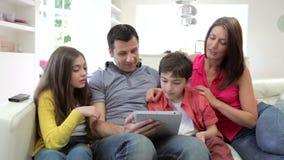 Ισπανική οικογενειακή συνεδρίαση στον καναπέ με την ψηφιακή ταμπλέτα απόθεμα βίντεο