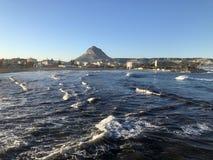 Ισπανική παραλιακή πόλη και τραχιά θάλασσα στοκ φωτογραφία με δικαίωμα ελεύθερης χρήσης