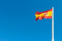 Ισπανική σημαία στο μπλε ουρανό Στοκ Εικόνες