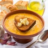 Ισπανική σούπα σκόρδου σε ένα αγροτικό κύπελλο Στοκ φωτογραφίες με δικαίωμα ελεύθερης χρήσης