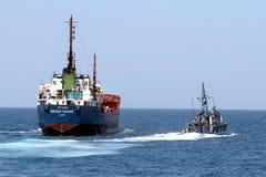 Ισπανική τελωνειακή ακτοφυλακή που ελέγχει ένα σκάφος μηχανών στοκ εικόνα