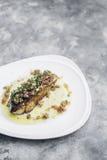 Ισπανική chorizo ζαμπόν serrano πιατέλα tapas λουκάνικων και τυριών Στοκ φωτογραφία με δικαίωμα ελεύθερης χρήσης