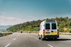 Ισπανική Emergency Ambulance Van Iveco Car που κινείται σε ισπανικό Moto στοκ φωτογραφίες