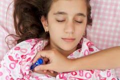 Ισπανικοί άρρωστοι κοριτσιών με τον πυρετό που βάζουν στο σπορείο της Στοκ Εικόνες