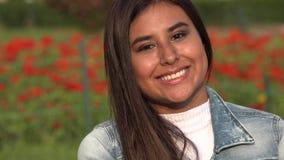 Ισπανικός θηλυκός έφηβος που φυσά ένα φιλί φιλμ μικρού μήκους