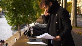 Ισπανικός καθηγητής στο αποσυνδεμένο καθήκον που εργάζεται με το lap-top σε σε αργή κίνηση απόθεμα βίντεο