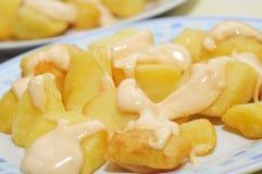 ισπανικός πικάντικος χαρακτηριστικός πατατών patatas bravas στοκ εικόνες