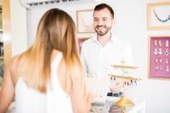 Ισπανικός πωλητής σε ένα κατάστημα κοσμήματος Στοκ εικόνα με δικαίωμα ελεύθερης χρήσης