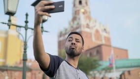 Ισπανικός τουρίστας που παίρνει selfie κοντά στη Μόσχα Κρεμλίνο το καλοκαίρι απόθεμα βίντεο