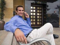 Ισπανικό άτομο με το τηλέφωνο κυττάρων Στοκ εικόνες με δικαίωμα ελεύθερης χρήσης