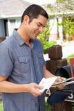 Ισπανικό άτομο που ελέγχει την ταχυδρομική θυρίδα Στοκ εικόνα με δικαίωμα ελεύθερης χρήσης