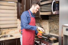 Ισπανικό άτομο που μαγειρεύει στο σπίτι Στοκ φωτογραφία με δικαίωμα ελεύθερης χρήσης