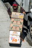 Ισπανικό άτομο που ξεφορτώνει ένα φορτηγό με τα κιβώτια Στοκ Φωτογραφίες