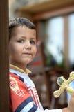 Ισπανικό αγόρι με τα μπλε μάτια που εξετάζει άμεσα τη κάμερα Στοκ Φωτογραφίες