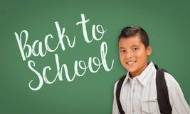 Ισπανικό αγόρι μπροστά από πίσω στον πίνακα σχολικής κιμωλίας Στοκ εικόνα με δικαίωμα ελεύθερης χρήσης