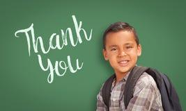 Ισπανικό αγόρι μπροστά από τον πίνακα κιμωλίας με Thank εσείς που γράφεται στο Ι Στοκ Εικόνες