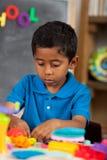 Ισπανικό αγόρι στη ρύθμιση εγχώριου σχολείου Στοκ Εικόνες